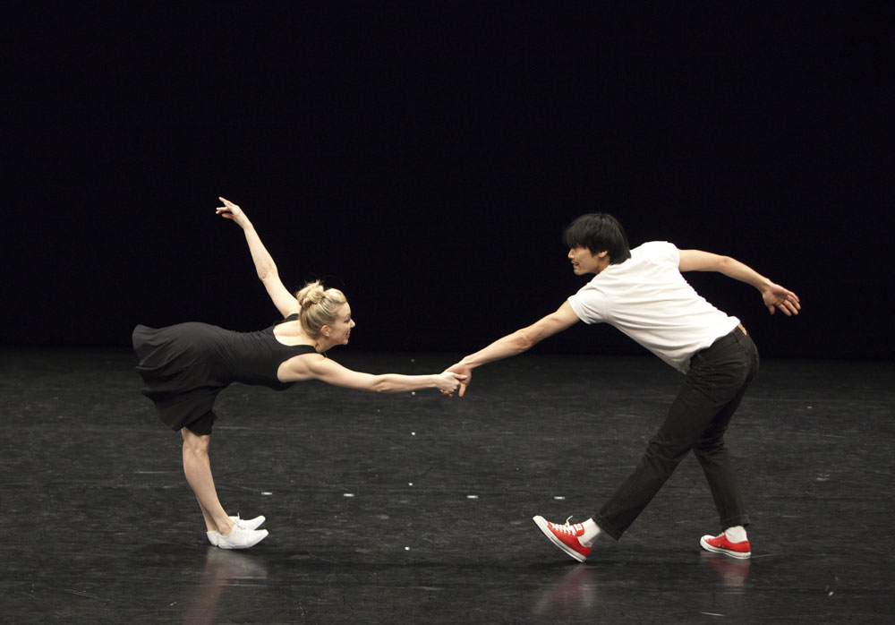 Sian Murphy and Ryochi Hirano dancing in i lean and bob by Thomas Whitehead. © Andrej Uspenski.