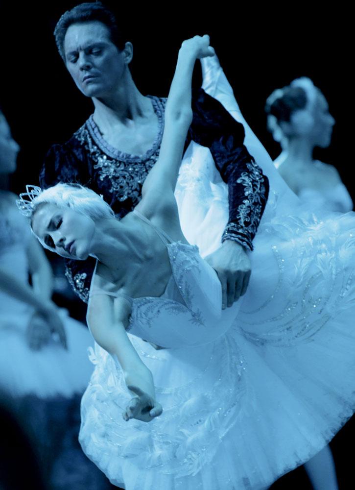 Yevgeny Ivanchenko and Alina Somova in <I>Swan Lake</I>.<br />© David Makhateli. (Click image for larger version)