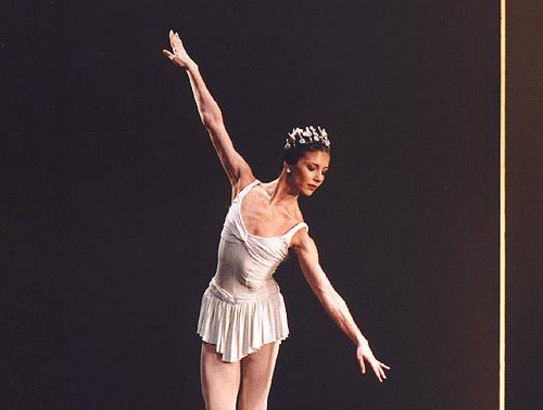 Alina Cojocaru in Symphonic Variations. © John Ross.