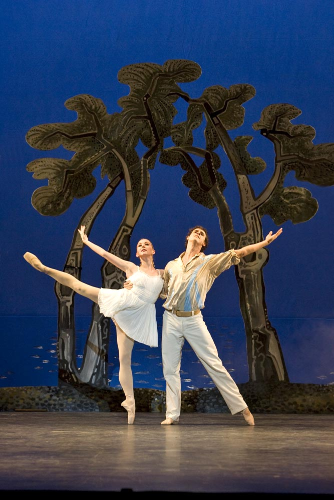 Elisha Willis and Iain Mackay in Daphnis and Chloe. © Bill Cooper.