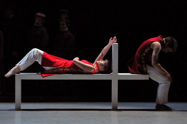 Richard Alston Dance Company in A Ceremony of Carols. © Dave Morgan.