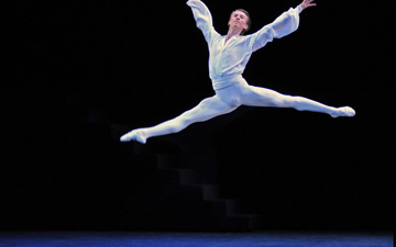 Vadim Muntagirov in Suite en Blanc. © Dave Morgan. (Click image for larger version)