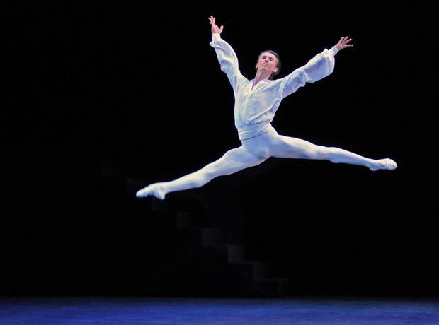 Vadim Muntagirov in Suite en Blanc. © Dave Morgan. (Click image for larger version)