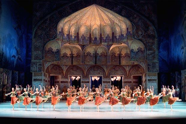 Paris Opera Ballet in La Bayadère. © Jacques Moatti.