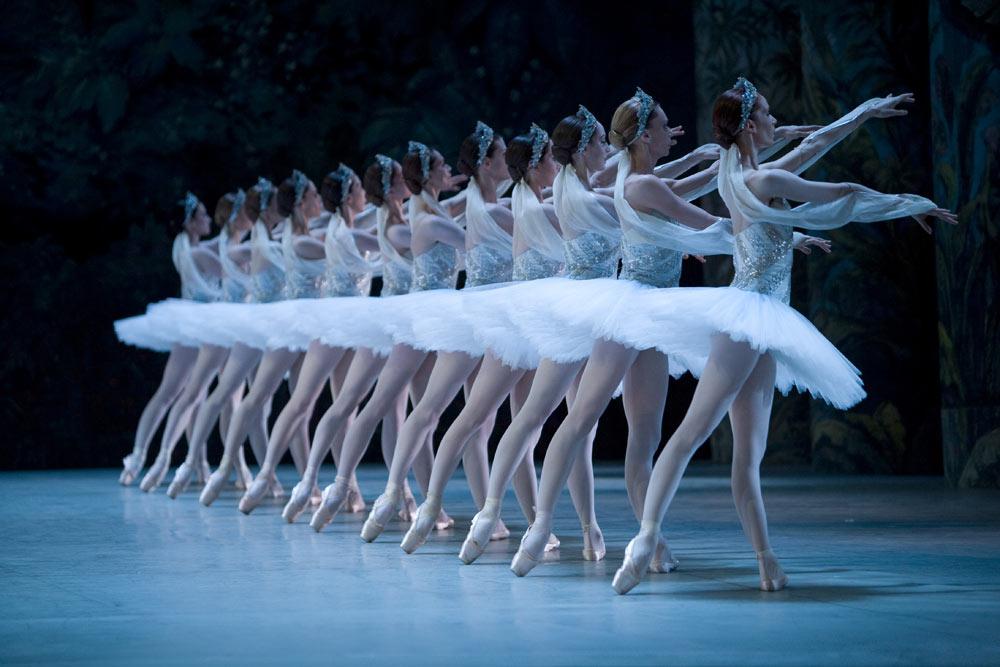 Paris Opera Ballet in La Bayadère. © Sébastien Mathé.