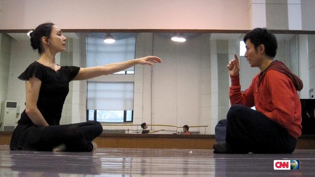 Tamara Rojo and Fei Bo in the studio. © CNN International / Fusion Journeys.