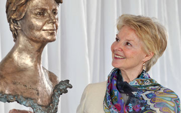 Dame Antoinette Sibley and her Frances Segelman bronze. © Dave Morgan. (Click image for larger version)