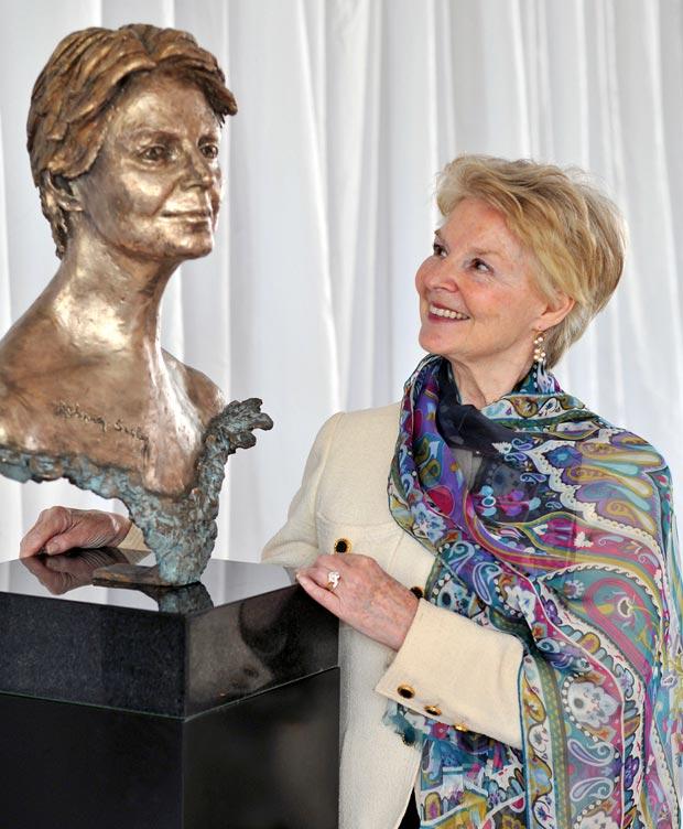 Dame Antoinette Sibley and her Frances Segelman bronze. © Dave Morgan. (Click image for larger version)