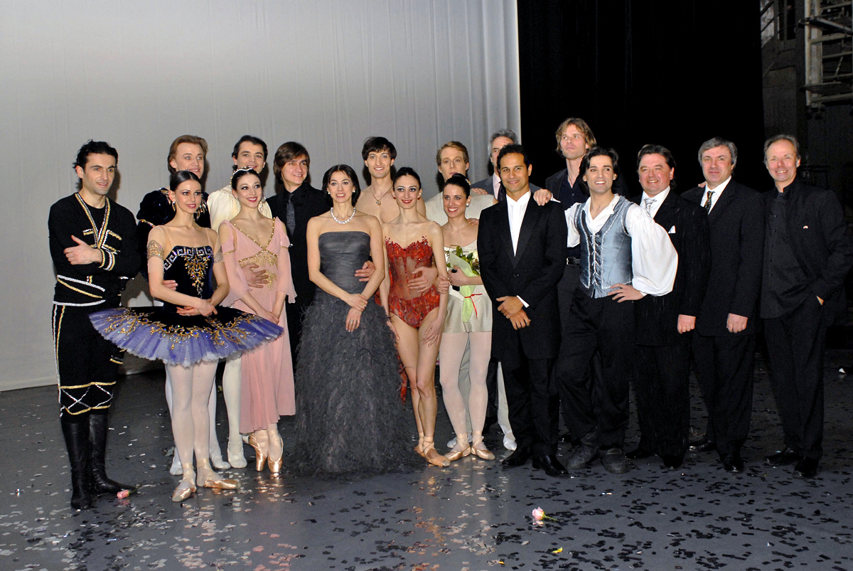 Nina Ananiashvili and guest artists on stage after gala. © Lado Vachnadze. (Click image for larger version)