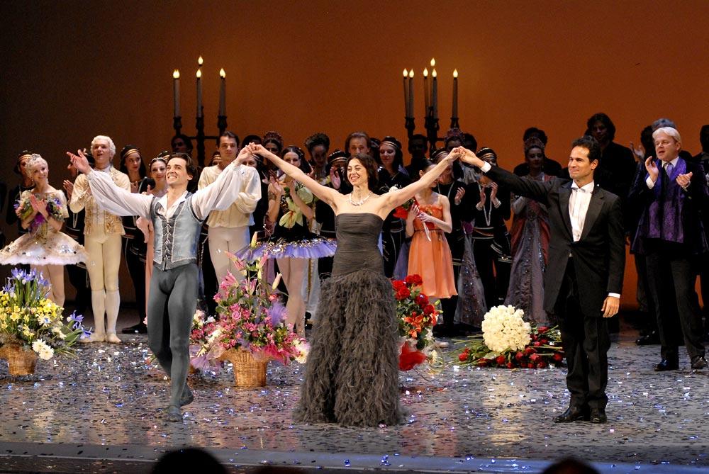 Nina and bows with Corella and Carreno. © Lado Vachnadze. (Click image for larger version)
