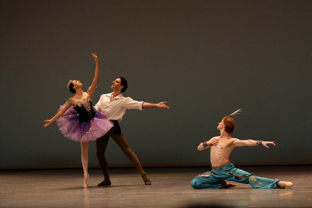 Nina Ananiashvili, Vasil Akhmeteli, Denis Matvienko in Le Corsaire pas de Trois. © Lado Vachnadze. (Click image for larger version)