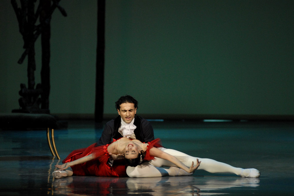Nina Ananiashvili and Vasil Akhmeteli in Marguerite and Armand. © Lado Vachnadze. (Click image for larger version)