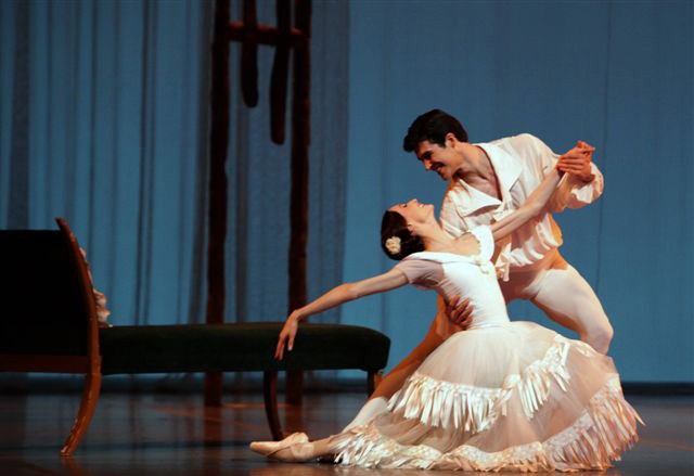 Svetlana Zakharova & Roberto Bolle in Marguerite and Armand. © Rudy Amisano. (Click image for larger version)