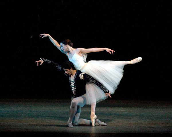 Xiomara Reyes and Herman Cornejo in Giselle. © Rosalie O'Connor. (Click image for larger version)