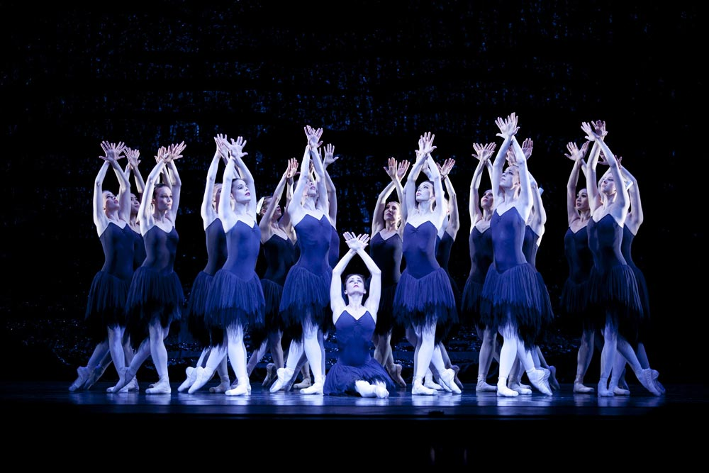 Madeleine Eastoe and artists of The Australian Ballet in Swan Lake. © Lisa Tomasetti. (Click image for larger version)