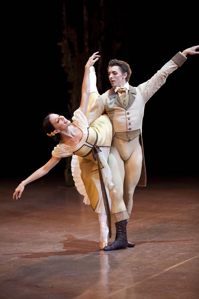 Leanne Stojmenov as Olga & Kevin Jackson as Lenskyin Onegin. © Lynette Wills. (Click image for larger version)