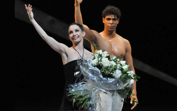 Tamara Rojo (with Carlos Acosta) after her last performance with the Royal Ballet before she becomes Artistic Director at English National Ballet. © Dave Morgan. (Click image for larger version)