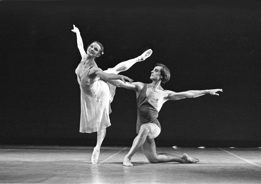 Desmond Kelly and Galina Samsova in <I>Spring Waters pas de deux</I>.<br />© Leslie E. Spatt and courtesy of Birmingham Royal Ballet. (Click image for larger version)