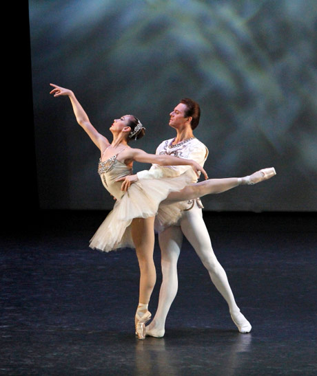 Daria Pavlenko and Yevgeny Ivanchenko in <I>Diamonds</I> pdd.<br />© Ocs Alvares. (Click image for larger version)