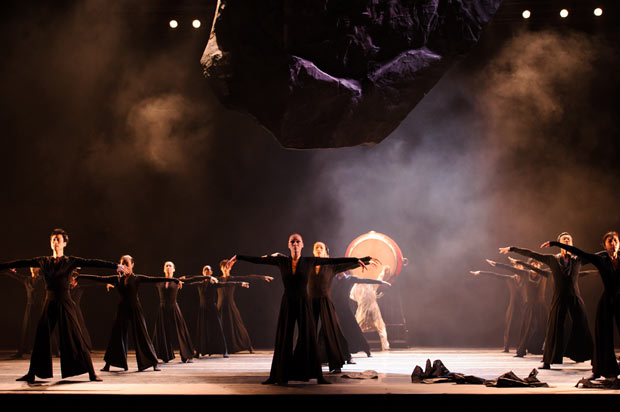 Hong Kong Dance Company in <I>Spring Ritual-Eulogy</I>.<br />© Conrado Dy-Liacco. (Click image for larger version)