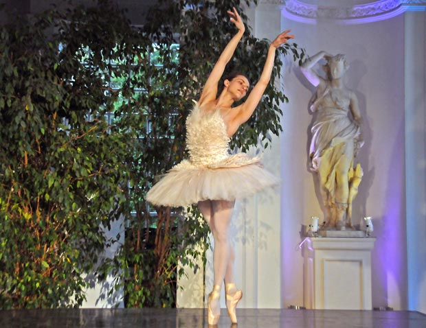 Elena Glurdjidze dancing in <I>The Dying Swan</I>.<br />© Dave Morgan. (Click image for larger version)