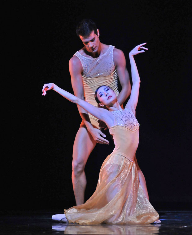 Yuan Yuan Tan and Vito Mazzeo in Edwaard Liang's <I>Symphonic Dances</I>.<br />© Dave Morgan. (Click image for larger version)