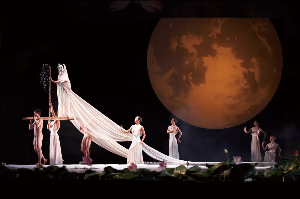 Cloud Gate Dance Theatre of Taiwan in <I>Nine Songs</I>.<br />© LCSD Hong Kong. (Click image for larger version)