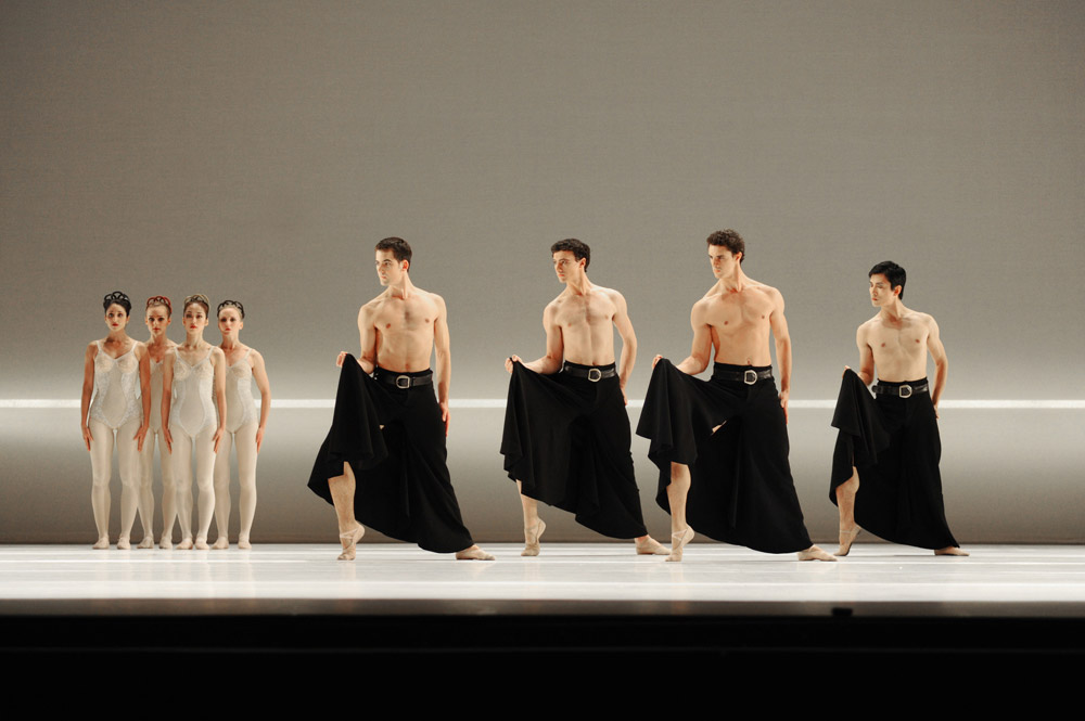 Artists of Birmingham Royal Ballet in Grosse Fuge.© Roy Smiljanic. (Click image for larger version)