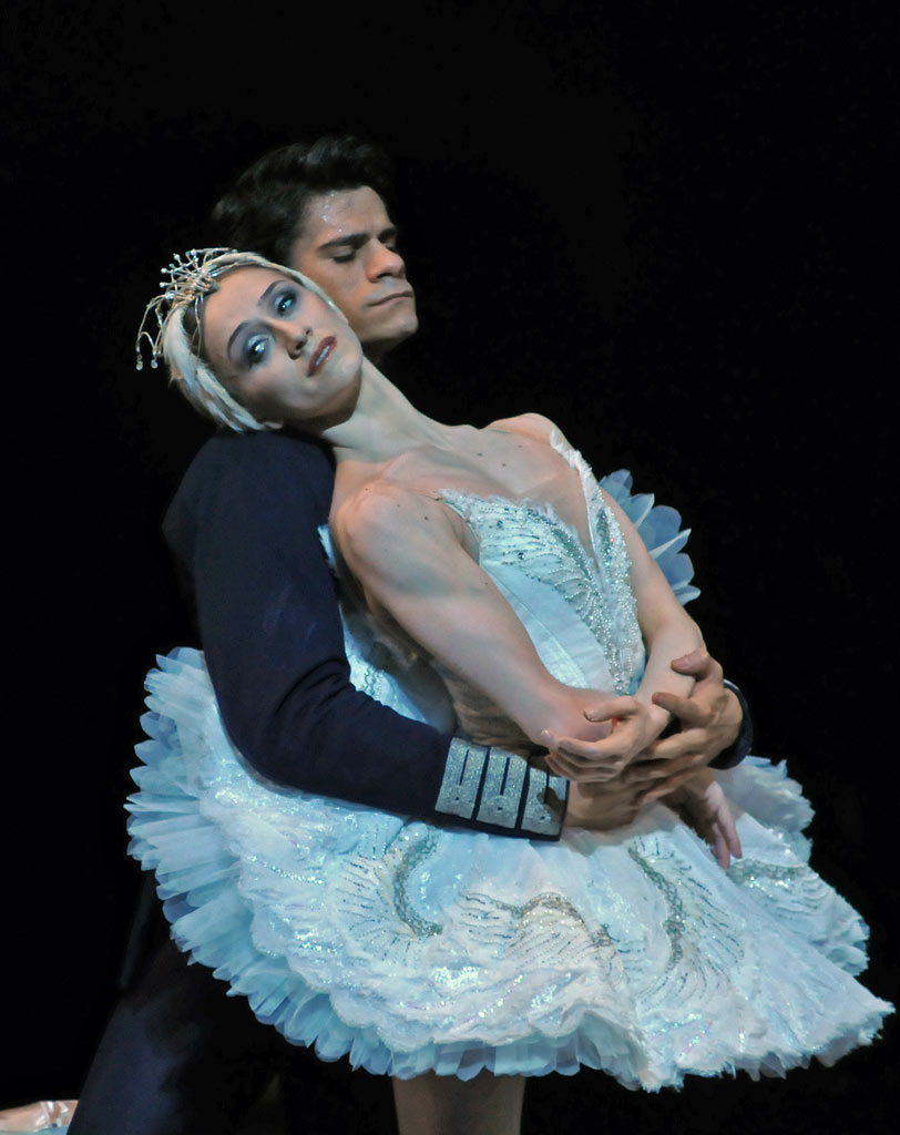 Marianela Nuñez & Thiago Soares in <I>Swan Lake</I>.<br />© Dave Morgan, by kind permission of the Royal Opera House. (Click image for larger version)