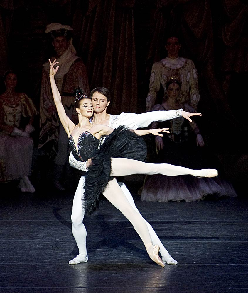 Ekaterina Kondaurova and Evgeny Ivanchenko in <I>Swan Lake</I>.<br />© Gene Schiavone. (Click image for larger version)