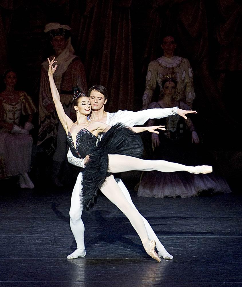 Ekaterina Kondaurova and Evgeny Ivanchenko in <I>Swan Lake</I>.<br />© Gene Schiavone. (Click image for larger version)
