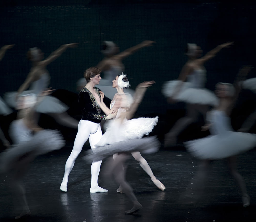 Victoria Tereshkina (not appearing in Berkeley) and Vladimir Schklyarov in <I>Swan Lake</I>.<br />© Gene Schiavone. (Click image for larger version)