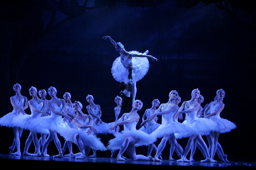 RNZB in <I>Swan Lake</I>.<br />© Maarten Holl. (Click image for larger version)