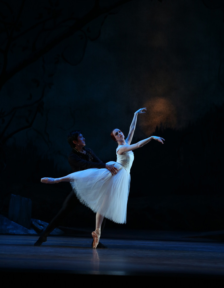 Gillian Murphy and Qi Huan in <I>Giselle</I>.<br />© Evan Li. (Click image for larger version)