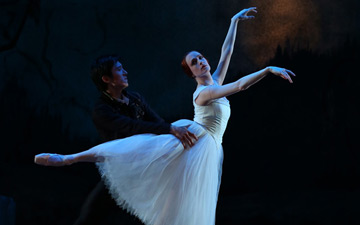 Gillian Murphy and Qi Huan in Giselle.© Evan Li. (Click image for larger version)