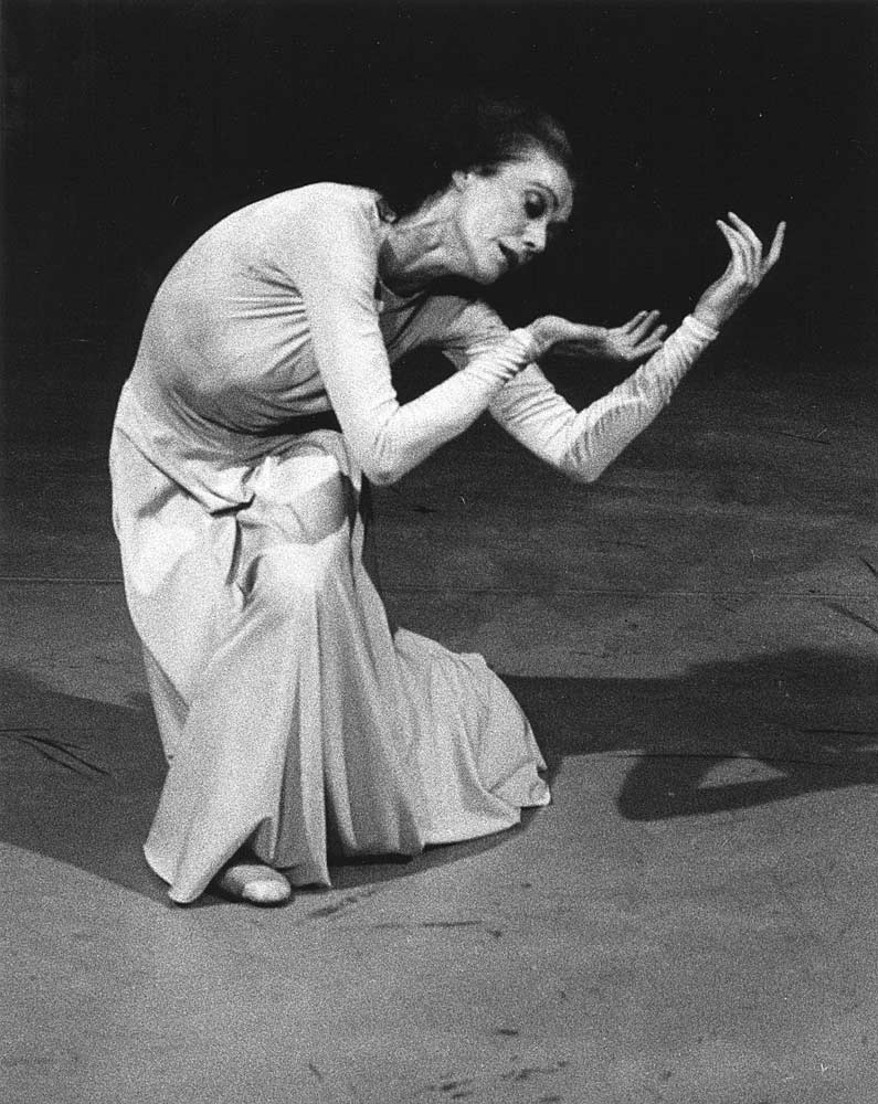 Elaine McDonald in Peter Darrell's <I>Five Ruckert Songs</I>.<br />© Alan Crumlish. (Click image for larger version)