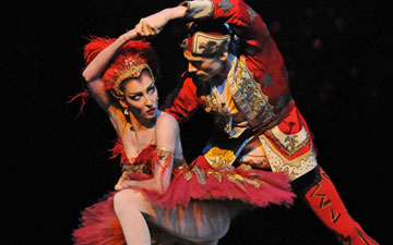 Mara Galeazzi and Edward Watson in The Firebird.© Dave Morgan, by kind permission of the Royal Opera House. (Click image for larger version)