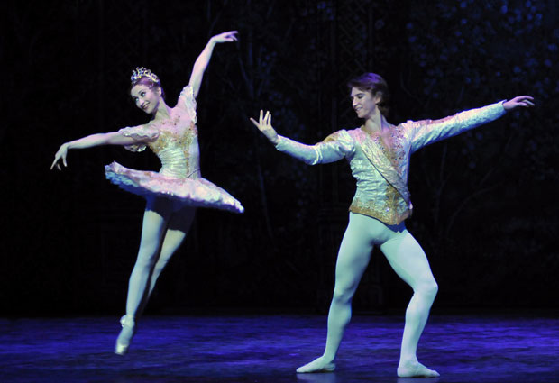 Daria Klimentova and Vadim Muntagirov in <I>The Nutcracker</I> (in 2010).<br />© Dave Morgan. (Click image for larger version)