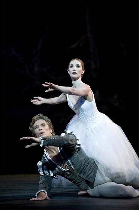 Gudrun Bojesen and Mads Blangstrup in <I>Giselle</I>.<br />© Henrik Stenberg.