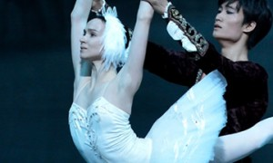 Olesya Novikova and Kimin Kim in Swan Lake.© Sunkyung Jang. (Click image for larger version)