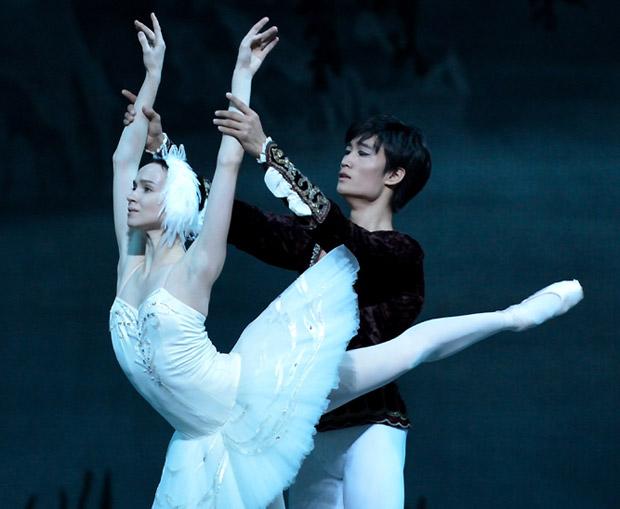 Olesya Novikova and Kimin Kim in <I>Swan Lake</I>.<br />© Sunkyung Jang. (Click image for larger version)