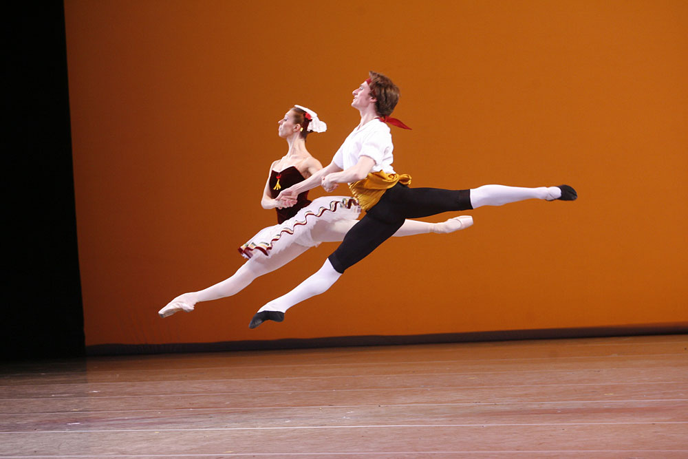 Filipp Stepin and Nadezhda Gonchar in <I>Tarantella</I>.<br />© Natasha Razina. (Click image for larger version)