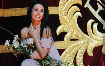 Tamara Rojo at her final Royal Ballet curtain call.© Alistair Muir, courtesy the Royal Opera House. (Click image for larger version)