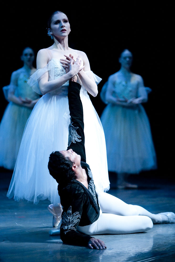 Carla Körbes and Karel Cruz in <I>Giselle</I>.<br />© Angela Sterling. (Click image for larger version)