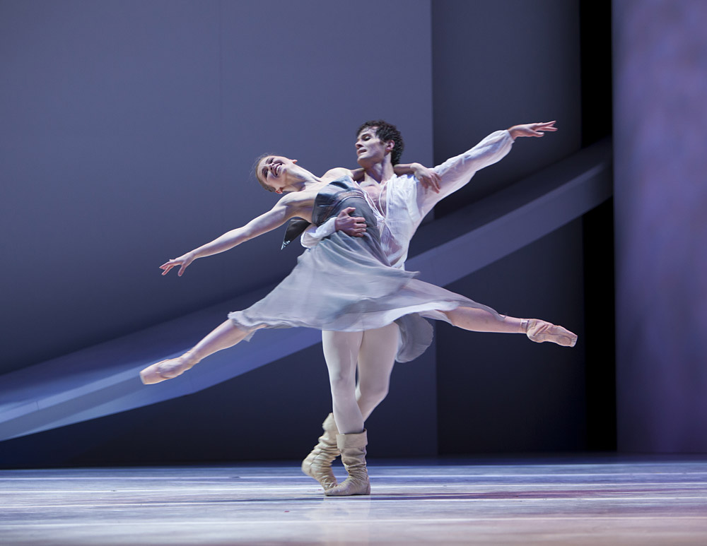 Carla Körbes and Seth Orza in Jean-Christophe Maillot's <I>Roméo et Juliette</I>.<br />© Angela Sterling. (Click image for larger version)