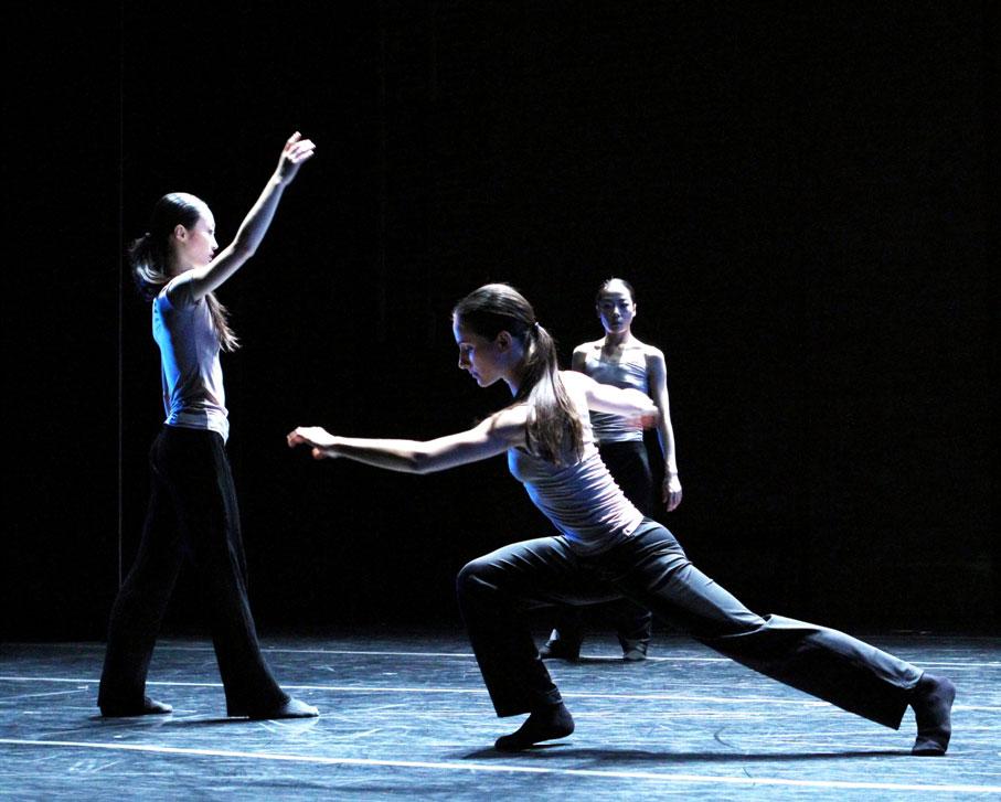 Xiaochuan Xie, Mariya Dashkina Maddux, Ying Xin in Luca Veggetti's <I>From the Grammar of Dreams</I>.<br />© Costas. (Click image for larger version)