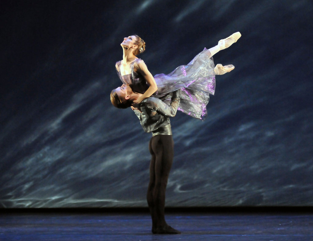 Zenaida Yanowsky and Rupert Pennefather in Alexei Ratmansky's <I>24 Preludes</I>.<br />© Dave Morgan, by kind permission of the Royal Opera House. (Click image for larger version)