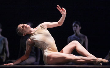 Kellie Epperheimer of Hubbard Street Dance Chicago performs in Azimuth.© Margo Moritz. (Click image for larger version)