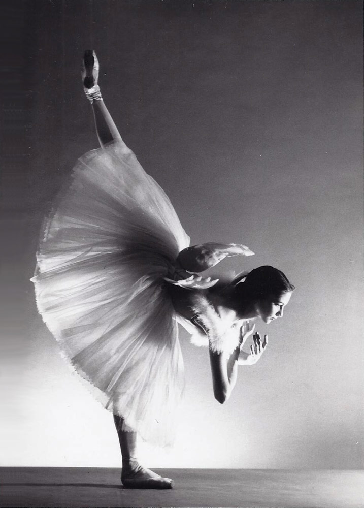 Nancy Reynolds in costume for <I>Swan Lake</I>, 1957.<br />© Martha Swope. (Click image for larger version)
