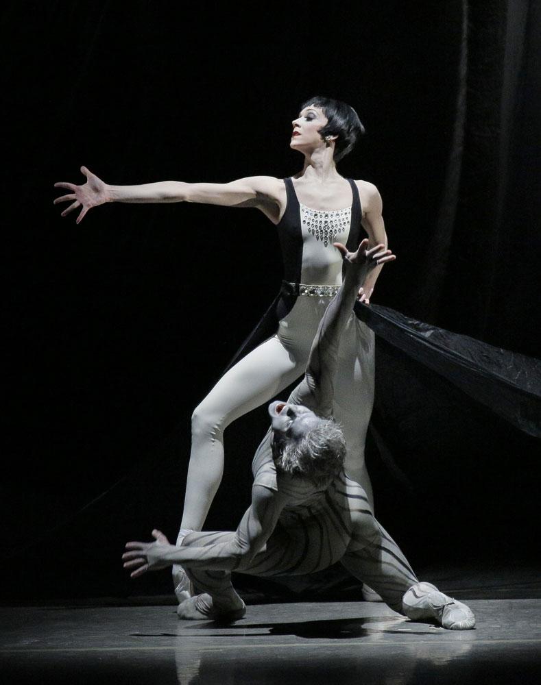 Maria Kowroski and Daniel Ulbricht in <I>Variations Pour Une Porte et Un Soupir</I>.<br />© Paul Kolnik. (Click image for larger version)